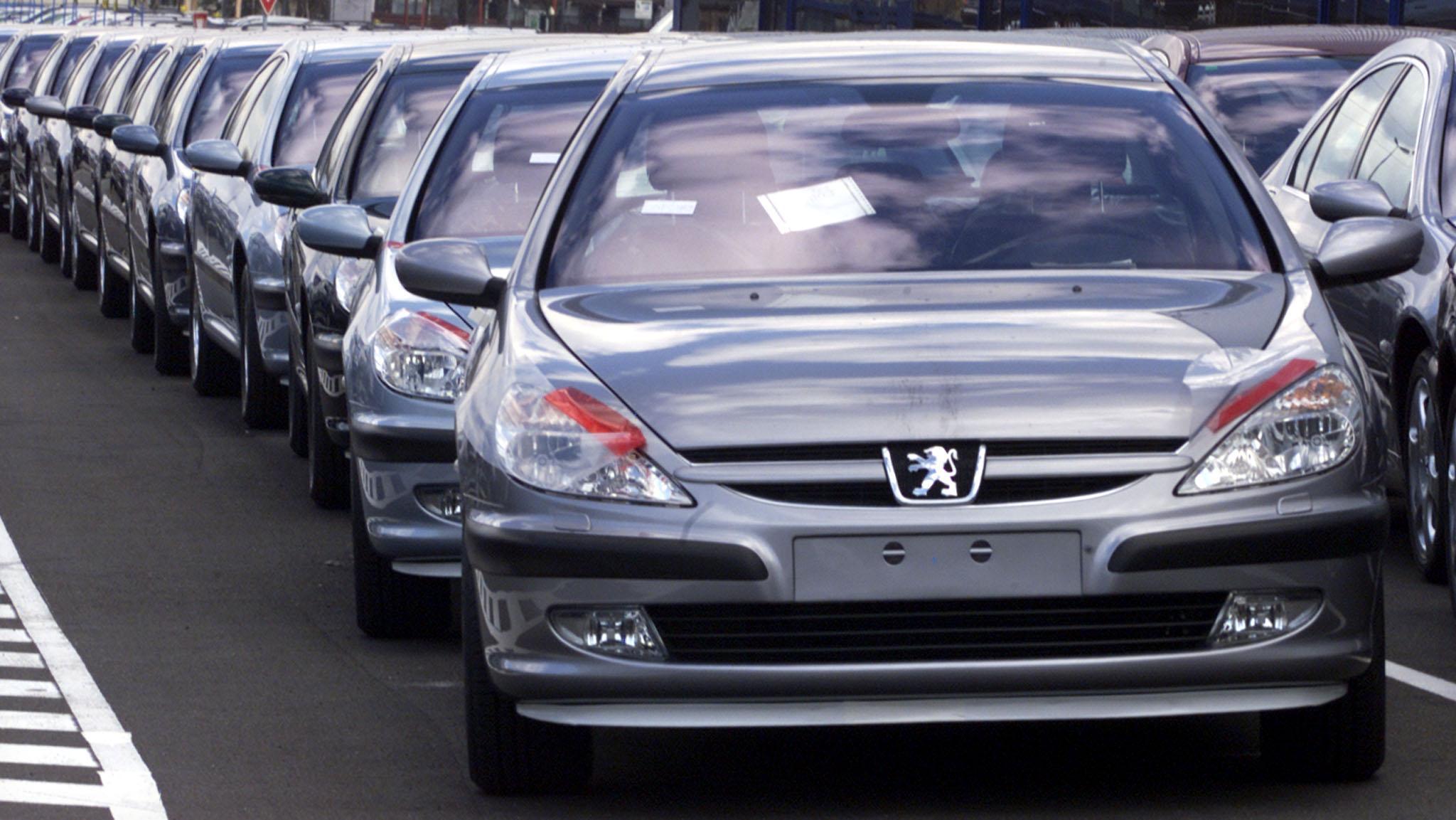 پژو ۴۴۴ هزار خودرو به ایران فروخت/ بازار بزرگی که دربست به فرانسوی ها داده شد