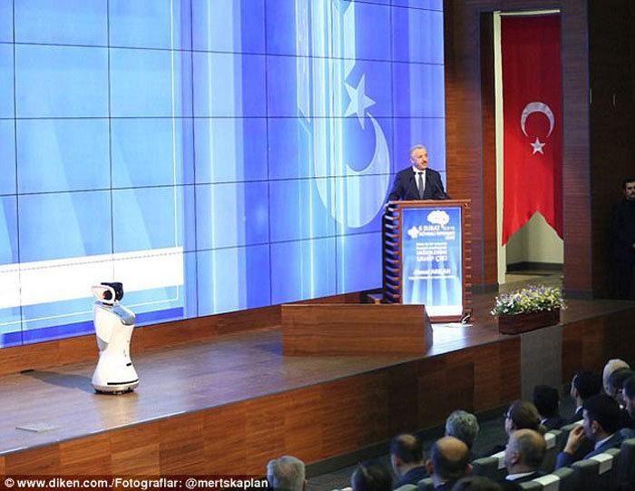 ربات، وزیر ارتباطات ترکیه را هنگام سخنرانی به آرامش دعوت کرد