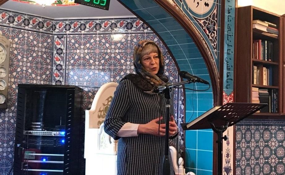 حجاب ترزا می هنگام بازدید از مسجد +تصاویر