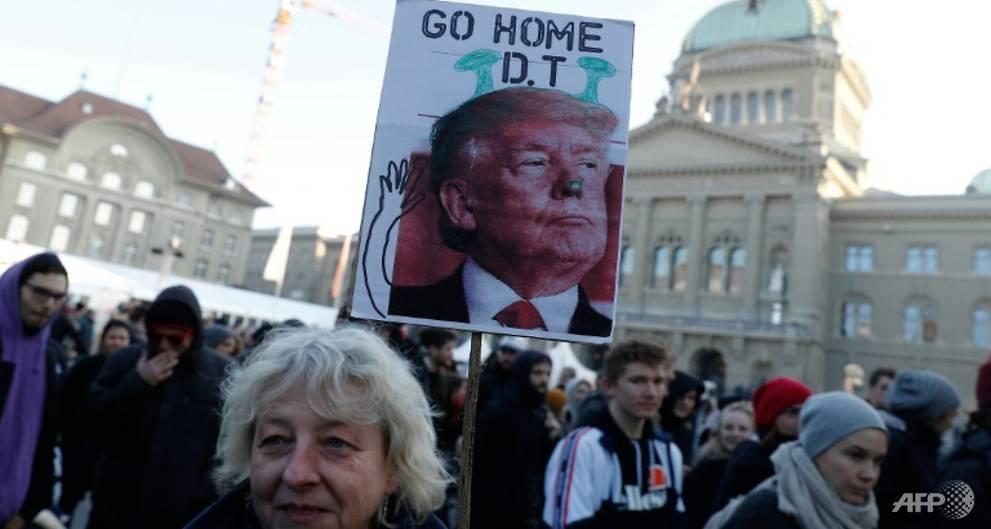 اعتراض هزاران نفر از مردم سوئیس به حضور ترامپ در اجلاس داووس
