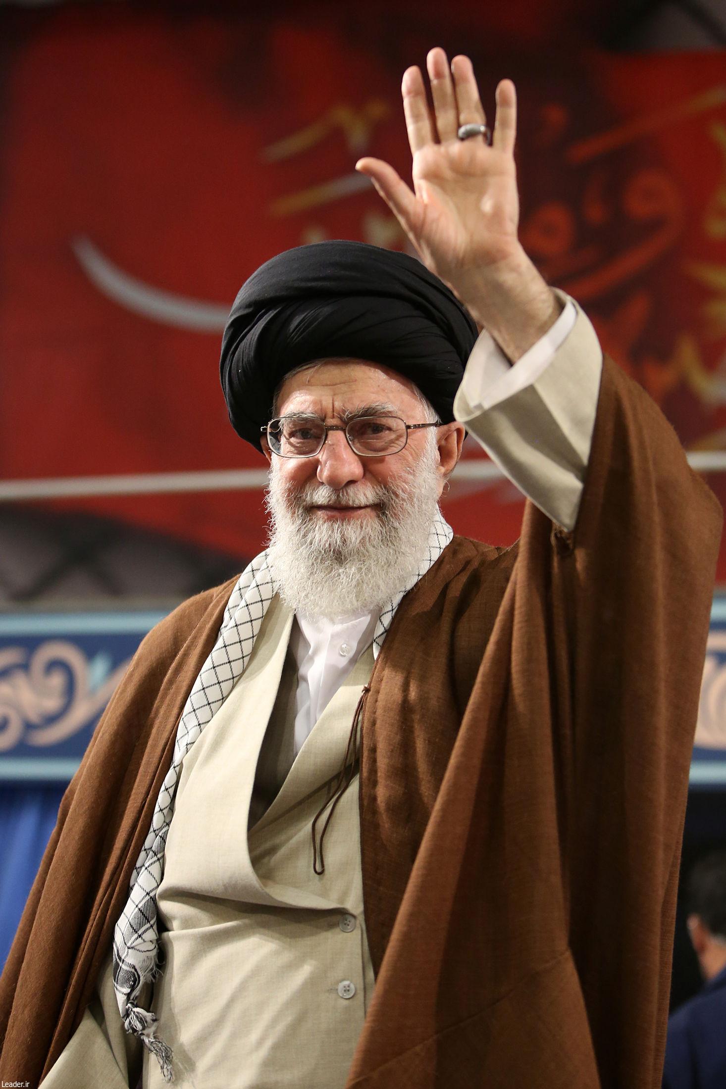 عکس/ لبخند زیبای رهبر انقلاب به جوانان بسیجی
