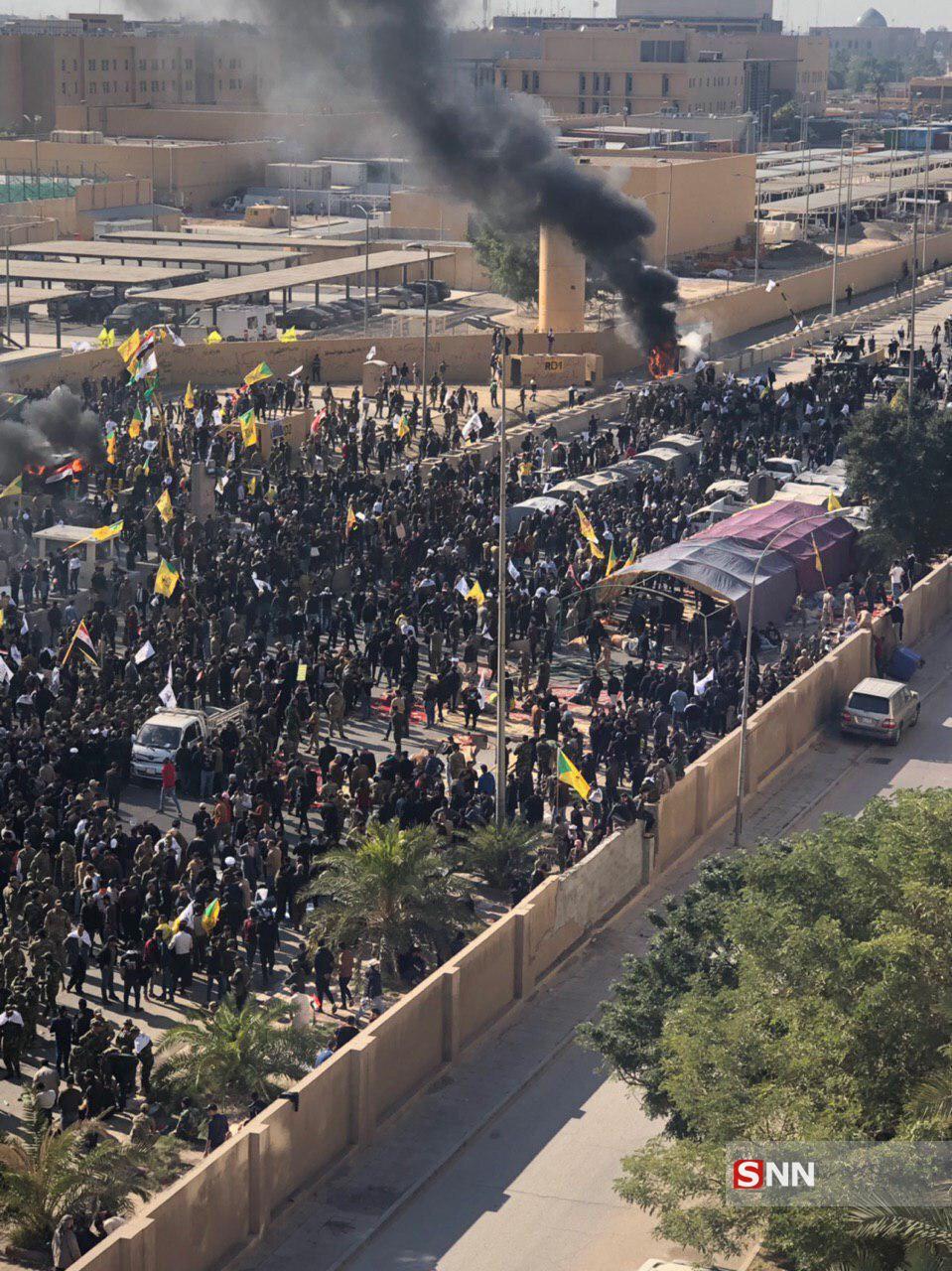 سفارت آمریکا در عراق در آتش خشم مردم سوخت / دهها هزار نفر مقابل سفارت / آمریکا از تو انتقام میگیریم + فیلم و تصاویر
