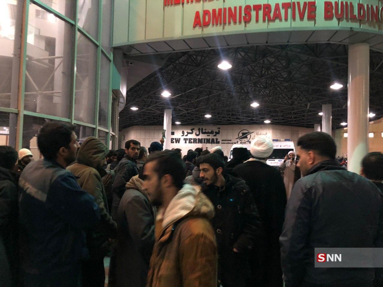 صدها نفر از دانشجویان و طلاب از شب گذشته در فرودگاه مهرآباد تهران تحصن کردند