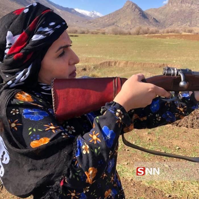 خانم بازیگر در دفاع از زنان عشایر دست به اسلحه شد + تصاویر
