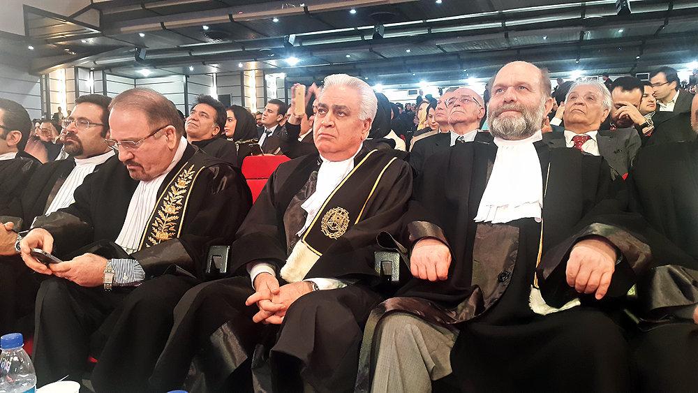 پیرمردانی که 500 هزار شغل جوانان را مصادره کردند / کانون وکلا را هم خدا باید آزاد کند؟
