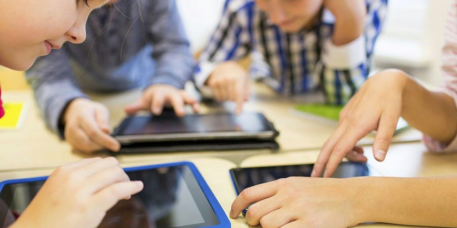 پدر و مادرها نگران نباشند / نوجوانانِ خوره موبایل مشکل روانی ندارند