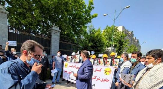 کارکنان شرکت توزیع برق مقابل مجلس تجمع کردند / مطالبه لغو آزمون استخدامی و همسازانسازی حقوق