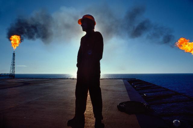 شعلههای اعتراض در میان دکلهای نفت و گاز