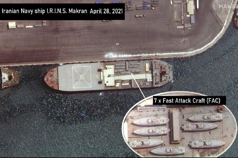 ناوبندر مکران - تصویر ماهوارهای که ادعا میشود این کشتی حامل هفت قایق نظامی تهاجمی است