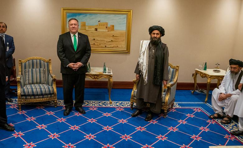 حضور مودبانه! پمپئو (وزیر خارجه وقت آمریکا) در کنار ملا برادر | قطر - شهریور ۱۳۹۹
